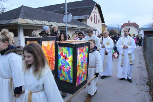 MinistrantInnen und Firmlinge beim Tragen der großen Laternen (© Foto: @ Pajer, Joachim)