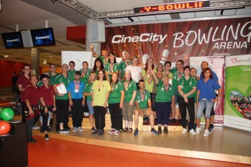 Das erfolgreiche DSG Team Grafenstein mit KA-Präsidentin Iris Straßer (8.v.r.) und dem Team der CineCity Bowling-Arena (l.) - (© Felsberger/DSG Kärnten)