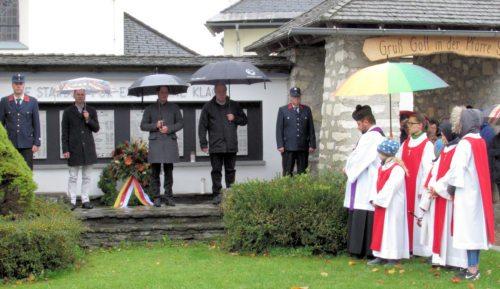 Gebet und Kranzniederlegung beim Kriegerdenkmal in St. Stefan. (Bild: Peter Sternig).