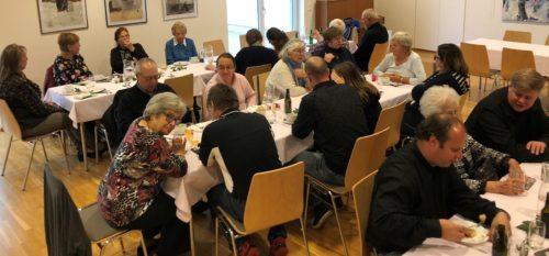 Jung und alt um den Mittagstisch versammelt (c) St. Egid