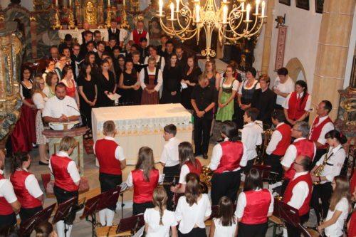 Provisor Marcin Mrawczynski begrüßte die Mitwirkenden sowie Gäste und spendete abschließend allen Gottes Segen. (© Foto: Peter Sternig)