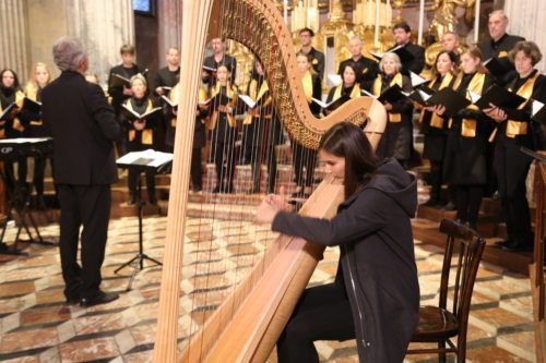 Die Domkantorei und die Harfenistin Hannah Senfter haben den Gottesdienst musikalisch gestaltet (Foto © Hübler)