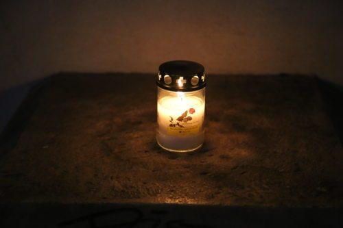 An den Gräbern werden vor allem auch zu Allerheiligen und Allerseelen Kerzen entzündet .(Dompfarre)