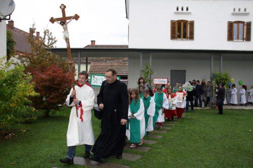 Ministranten und Ministrantinnen beim Einzug in die Kirche (© Foto: Katholische Jungschar)
