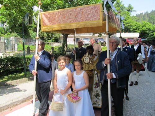 Die Prozession führte auf den Straßen rund um die Kirche