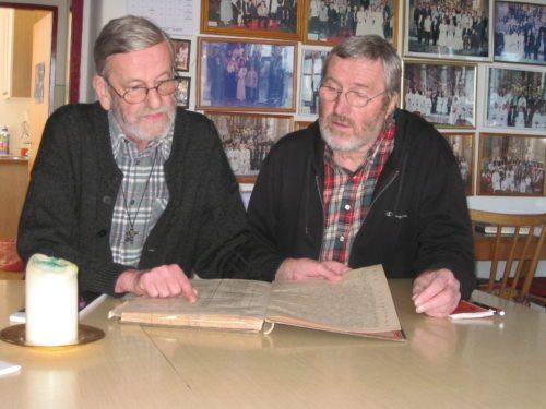 Pfarrer J. Nepomuk Wornik mit DI Architekt Heinrich Tritthart beim Studium der Pöllinger Pfarrchronik (© Foto: pfwo)