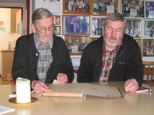 Pfarrer Wornik und DI Tritthart beim Durchblättern der Chronik - für die Kirchenführer