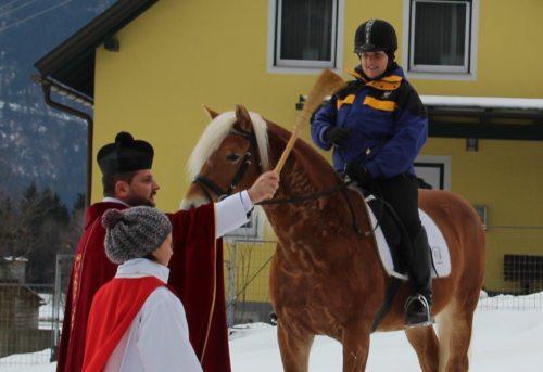 Pferdesegnung durch Provisor Marcin Mrawczynski (© Foto: Peter Sternig)