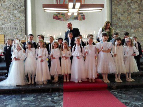 Erstkommunionkinder vor dem Altar (© Foto: Irene Reichl)