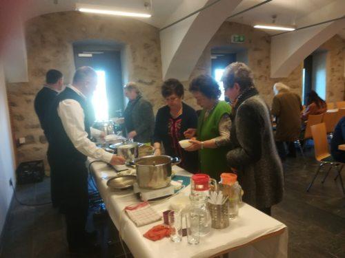 Suppenessen im Kulturstadl am 17. März 2019. Sehr gute Fastensuppen, gekocht von Raimund Buballa, Christa Sturm und Klothilde Mannsberger. Männer verteilten die Suppen (© Foto: kfb Maria Rojach).