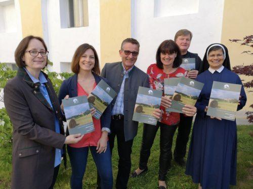Das Bildungsteam präsentiert den neuen Programmfolder (Foto: Bistum Gurk)