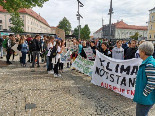 Rund 800 Menschen versammelten sich am Heiligengeistplatz in Klagenfurt (Foto: Peter Artl)
