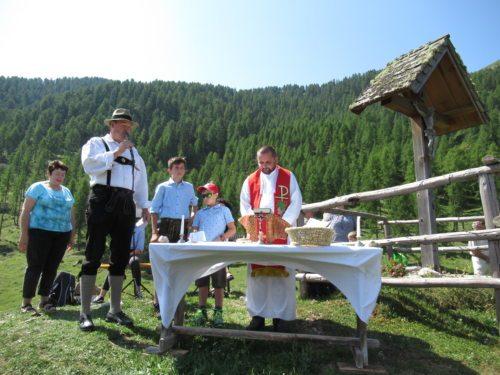 Almobmann Ludwig Lackner mit Provisor Marcin Mrawczynski, den beiden Ministranten Michael Lackner und Sebastian Zankl und der Messnerin Annemarie Janschitz. (Foto: PSt).