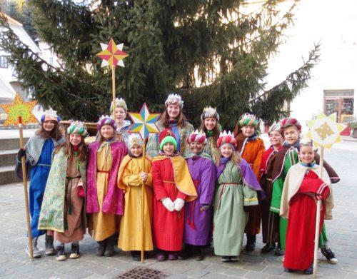 Die Sternsinger vorm Einzug in die Kirche am Dreikönigstag (© Foto: Lydia Messner)