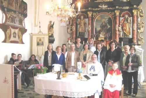Vroni Liebharts Frauenchor – unter Leitung von Irmgard Zehentner (1. links stehend ) und Vroni Liebhart (2. links stehend). Für den vielen Rosenschmuck in der Kirche und die anschließende vielfältige Agape wurden Grete Koinig und Hemma Zwantschko (2. und 1. von rechts stehend) von Pfarrer Wornik im Namen aller ein herzliches Vergelt`s Gott gesagt  (c) Wornik