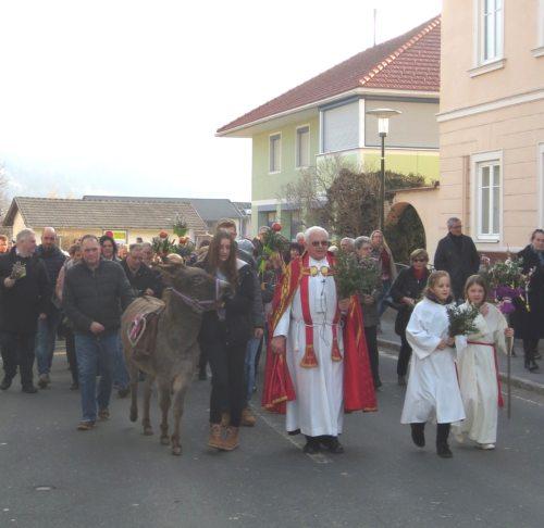 """Einzug in die Kirche, begleitet von Eselin """"Eva"""" (© Foto: Lydia Messner)"""