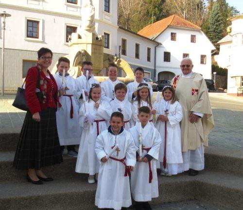 Die 10 Kinder mit Herrn Pfarrer Weyerer und Frau Religionslehrerin Salentinig vor dem Einzug in die Kirche (© Foto: Lydia Messner)