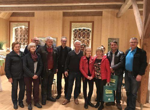 Manfred Probst (Mitte) mit den Besuchern aus den Pfarren Neuhaus-Suha (Filialkirche Bach-Potoče) und Schwabegg-Žvabek, sowie Gästen aus Slowenien (Foto: Claudia Kueschnig).