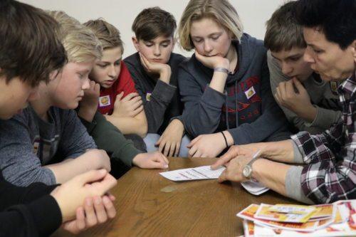 Jugendliche informieren sich über den Abend (© Foto: Peter Artl, Katholische Jugend Kärnten)