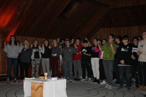Jugendliche beim Gottesdienstfeiern (© Foto: Katholische Jugend Kärnten)