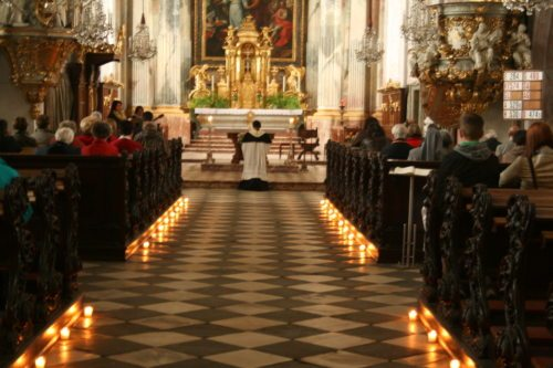 Stimmungsvolle Anbetungsstunde in der Klagenfurter Domkirche. (© Foto: Stadtpastoral)