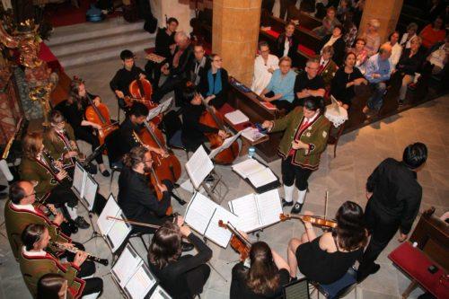 Die Student/innen aus den USA und die Hermagorer Musiker/innen beim gemeinsamen Auftritt. (Foto: PSt.)
