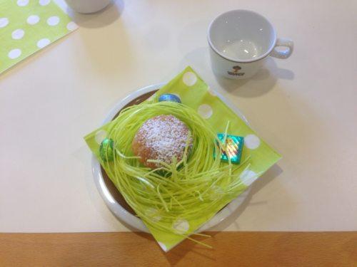 Hübsche Osternestchen als essbare Dekoration beim Osterfrühstück im Pfarrhaus. (© Foto: Andrea Maier)