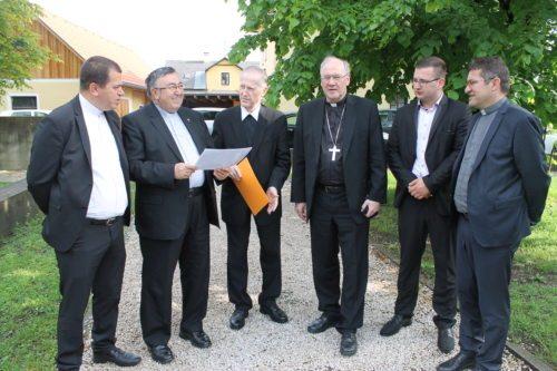 Hoher Besuch bei Rektor Leopold Silan in Dolina: Kardinal Puljić und Bischof Schwarz mit Delegation (© Foto: Kurt Haber)