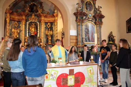 Firmlinge mit P. Medrk beim Gottessdienst (C) Brigitte Weber