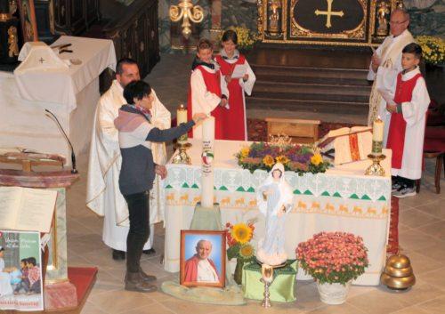 Elisabeth Muffat – unsere Missionarin auf Zeit – beim Anzünden der Missionskerze in der Pfarrkirche St. Stefan am 22. Okt. 2019. (Bild: PSt).