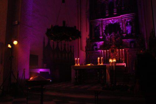 Stimmungsvolle Gestaltung des Kirchenraumes (Foto: KJ)