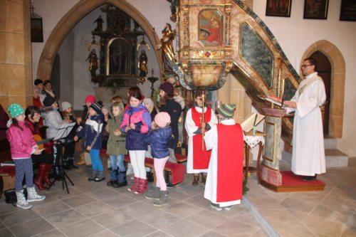 Jungschar beim Halleluja und Diakon Ebner, der dann das Evangelium vortrug. (Bild: PSt).