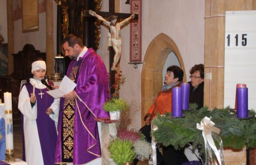 Das Segnen des Adventkranzes und Anzünden der ersten Kerze. (Bild: PSt).