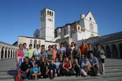 Die Pilgergruppe vor der Basilika San Francesco - Skupina romarjev pred basiliki San Francesco (© Foto: C.U)