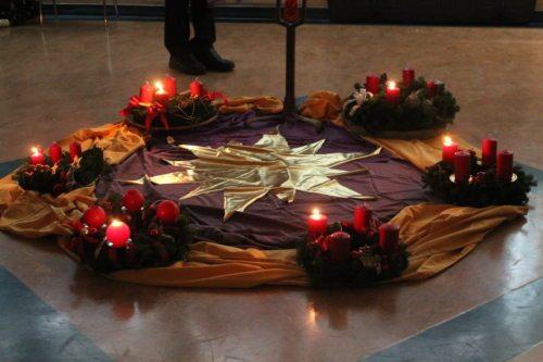 Die erste Kerze erleuchtet auf unseren Kränzen (Biethan Carmen)