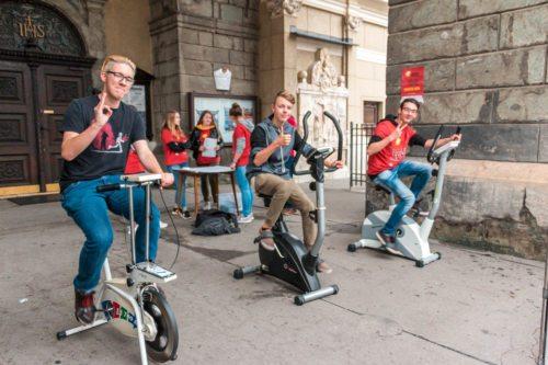 """Jugendliche in St. Egid beim """"Radeln"""" (Foto: Felix Glabatsch)"""