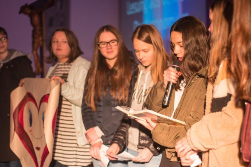 Firmlinge beim vortragen der thematisch aufgearbeitet Lesung (Foto: Felix Glabatsch)