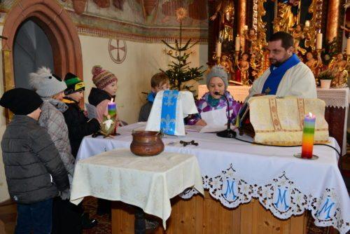 Ein Teil der 10 Erstkommunionkinder aus den Pfarren St. Paul und St. Stefan beim Lesen der Fürbitten. (Bild: Raimund Iskrac)