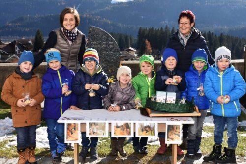 Hilfe für armutsbetroffene Menschen in Kärnten: Kindergartenleiterin Birgit Kanzian (li) mit der freiwilligen Mitarbeiterin Ulrike Filzmaier und den Kindern  (© Foto: Caritas Kärnten)