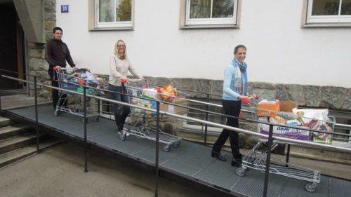 """Der Einkaufswagen-Konvoi mit 133 """"Kilo gegen Armut"""" setzt sich in Bewegung (© Foto: Foto: KH Kronawetter)"""