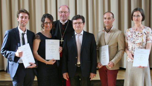 Bischof Schwarz und Rektor Vidović mit den kphe-AbsolventInnen Schumann, Patterer, Osmalz und Mak (v. l.) (© Foto: kphe)