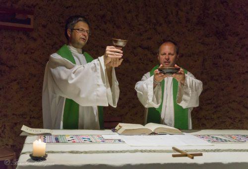 Doxologie beim Gottesdienst der Reisegruppe in der Krypta der Versöhnungskirche (© Foto: Mag. Bernhard Wagner)