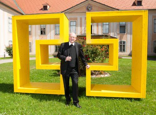 Die von Bischof Schwarz initiierte Holzskulptur des diözesanen Logos im Innenhof des Bischofshauses  (© Foto: Pressestelle/Neumüller)