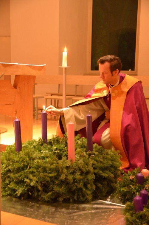 Regens Schreiber bei der Segnung der Adventkränze (© Foto: Priesterseminar / Piotr Karaś)