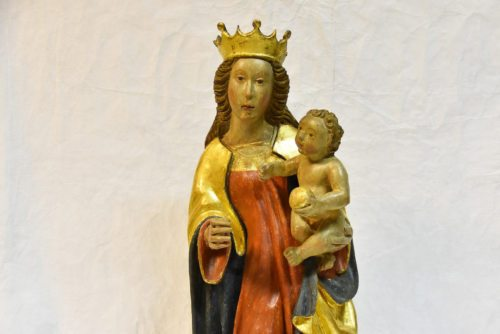 Die gotische Holzskulptur einer Madonna mit Kind (14. Jh.) wurde für die diesjährigen Maiandachten im Klagenfurter Dom vom Kunstdepot der Diözese Gurk zur Verfügung gestellt. (Foto: R. Schiestl)