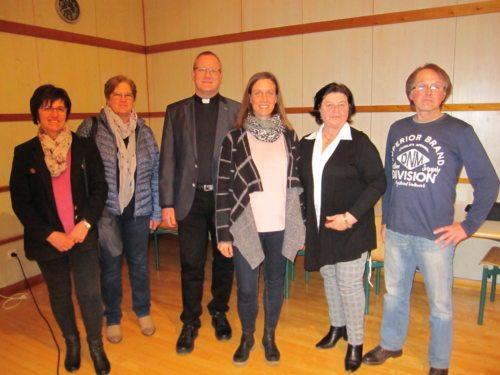 Referentin Mag. Anja Schneider, PGR-Obfrau Christine Walzl, Dechant Mag. Martin Edlinger + interessierte TeilnehmerInnen; Foto:Walzl
