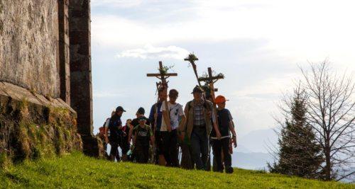 dreimaliges Umschreiten der Kirche auf dem Magdalensberg Foto: Anton Wieser