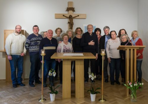 Gruppenfoto der Anwesenden, auch Pfarrer Mag. Eugen Länger (Fünfter von rechts) sowie Pfarrer i. R. Mag. Engelbert Hofer (Siebenter von rechts) und Pfarrhaushälterin Frau Liselotte Köck (Vierte von rechts) sind mit dabei (© Herr Mag. Bernhard Wagner).
