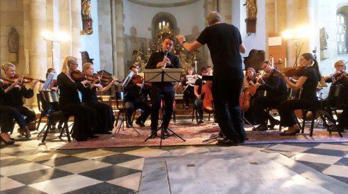Klaus Kuchling dirigiert das Collegium Carinthia, Simon Pibal spielt ist der Klarinettensolist. Eine Aufnahme von einer Probe in der Stiftskirche St. Paul i. Lav. (Foto: Michael Tavernaro)