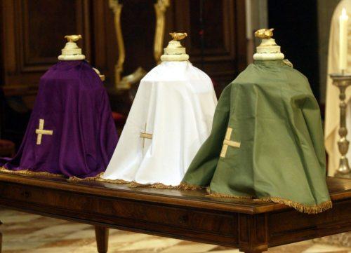 Bei der Chrisammesse weihte Bischof Schwarz 24 Liter der drei heiligen Öle, die während des Jahres für die Sakramentenspendung in der Diözese Gurk verwendet werden. (© Foto: Pressestelle)